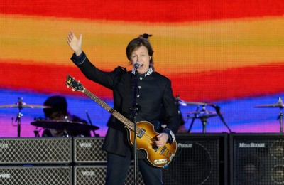 British singer Sir Paul McCartney performs on stage during the Queen's Diamond Jubilee Concert at Buckingham Palace in London on Juin 4, 2012. Britain's Queen Elizabeth II made a regal appearance at a star-studded diamond jubilee concert Monday but without her husband Prince Philip at her side after he was hospitalised hours earlier.  AFP PHOTO / LEON NEALLEON NEAL/AFP/GettyImages ORG XMIT: 242